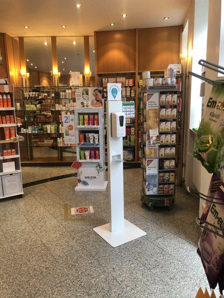 mobiler ständer für desinfektionsmittelspender in der apotheke